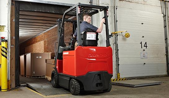 Raymond 4750 sit down forklift unloading trailer